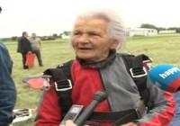Neustrašiva baka koja skače sa padobranom!