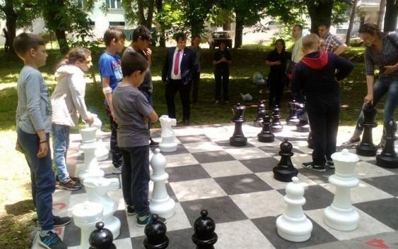 Šah na otvorenom u školskom parku